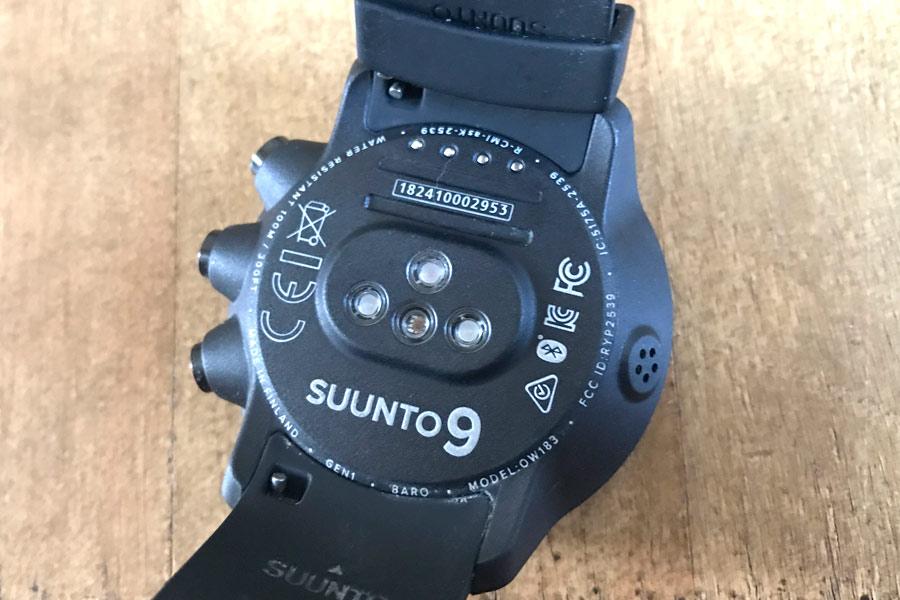 e61b321899 心拍数の計測用LEDランプは、一般的な光学式心拍計内蔵ウォッチでは通常1~2個の搭載が普通だが、「スント9」は3個搭載する