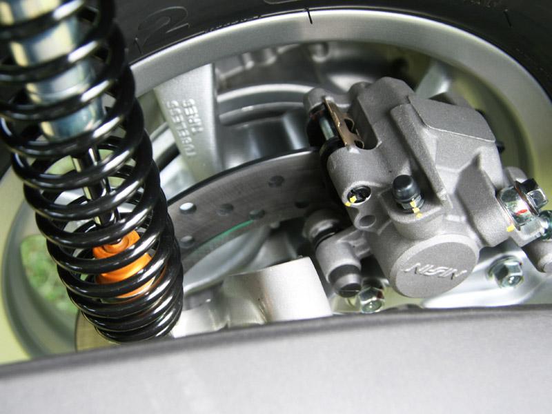 ブレーキは効きのよいディスクブレーキが3輪それぞれに装備。2輪で止まるよりも強い制動力を発揮する