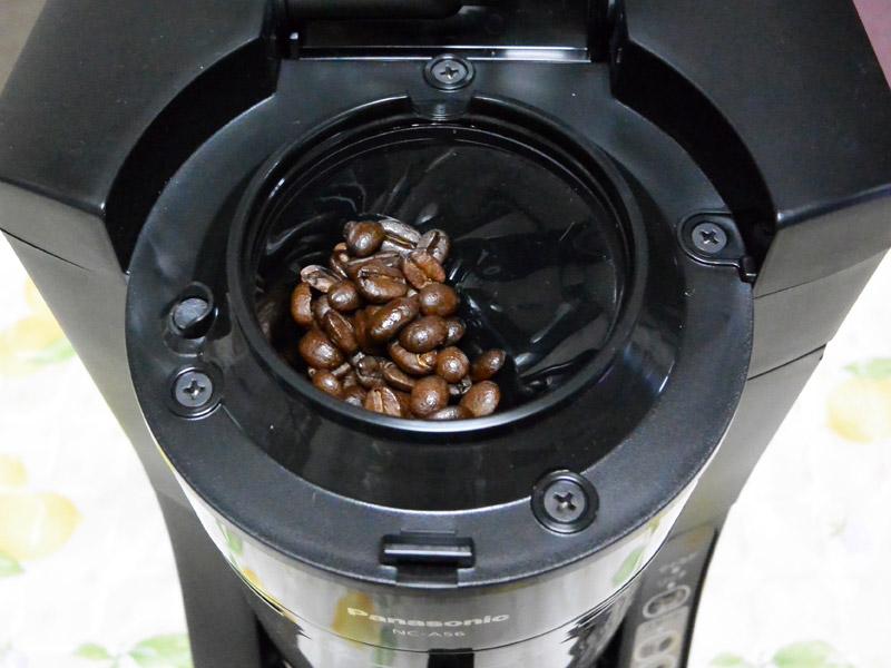 付属のスプーンでコーヒー豆を投入。1杯分からドリップできますが、2杯分を淹れることにしました