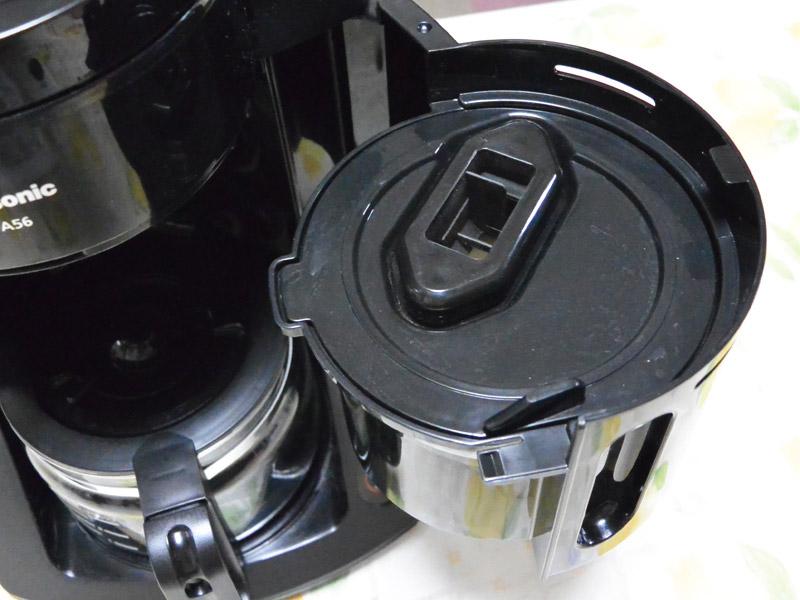 コーヒー粉が落ちるバスケットにペーパーフィルターを装着し、フタをはめます