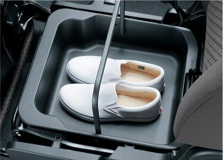 助手席に備わるアンダーボックス。軽自動車では珍しくないが便利な機能だ