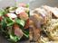 「けむらん亭」で作る、燻製ソーセージのサラダと燻製チキンのパスタ