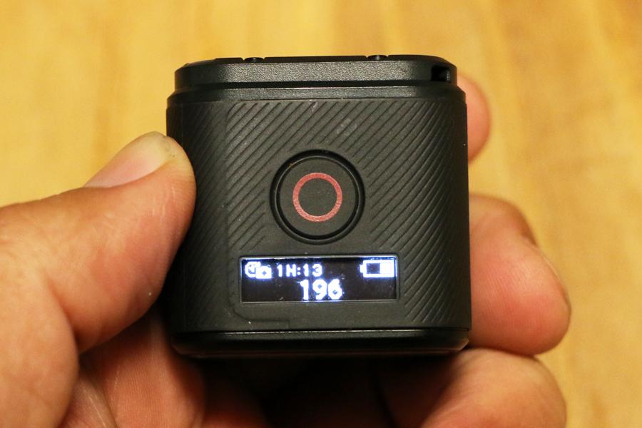 録画中にボタンを押すと、録画停止→電源OFFとなる。さらに、長押しで「タイムプラス(コマ撮り)撮影」が開始。ボタン下にあるディスプレイでは、