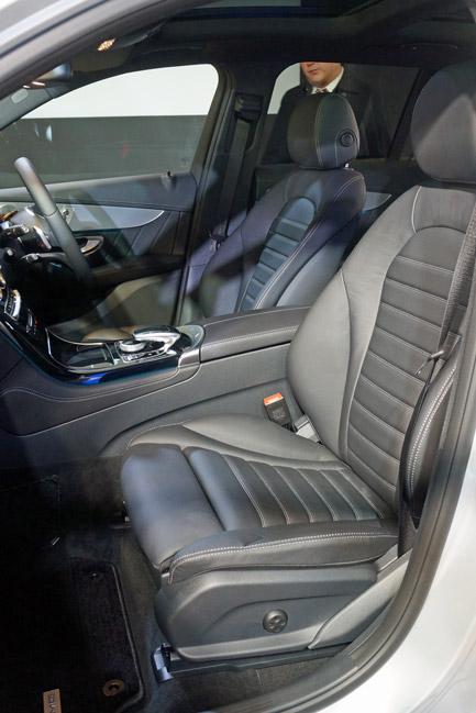 前席はサイズも十分で見晴らしもよい。メルセデスらしい機能性を感じる