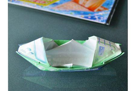 折り図を見ながら、さっそく5歳の娘と一緒にボートを折ってみました