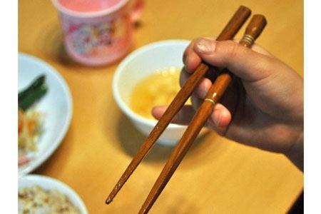 指を合わせるだけで正しい箸の持ち方ができるようになる便利な矯正箸「イシダ 子ども用 三点支持箸」