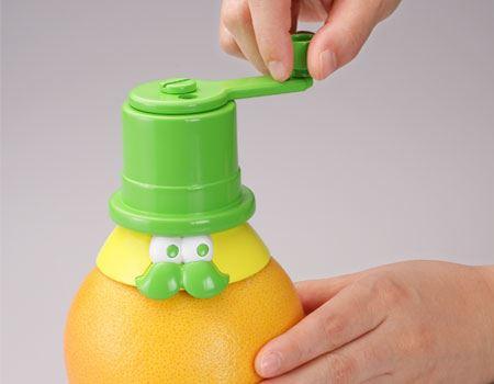 グレープフルーツのヘタを引き抜き、空いた穴に本体を差し込んで、本体上部のレバーを回転させるだけ