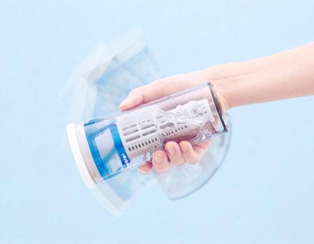 本体に水道水を注ぎ、振るだけ。残留塩素を除去し、簡単に浄水できます