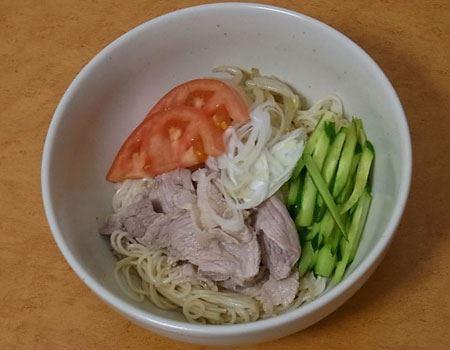 ゆで豚と野菜を載せたサラダ風冷やし麺
