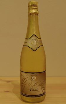 750mlのフルボトル。白のスパークリングの以外にロゼワインもある