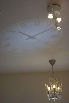 天井に照射。LED照明が明るく昼間でもしっかり見える