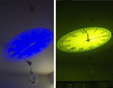 (写真左) ブルーのカラーフィルターを装着。夏は涼しげで幻想的な雰囲気 (写真右) イエローのフィルターを装着。明かりを消した状態でも照射した光で部屋全体がほどよく明るく