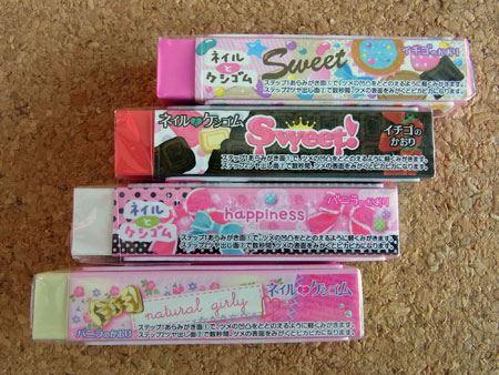 ケシゴムは、イチゴの香り(ピンク・赤色)と、バニラの香り(白・クリーム色)の4種類