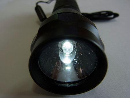 注水して2分程度で電気を発生。付属のLED懐中電灯に入れて点灯を確認