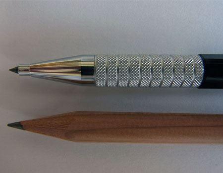 芯の太さは鉛筆とほぼ同じくらい