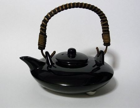 お茶用の急須と比べるとかなり平べったい作りになっています