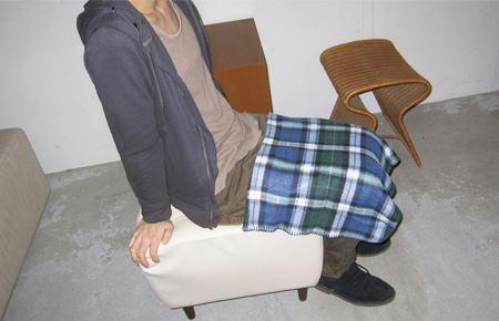 薄着でもひざ掛けで足の冷えを防御すればへっちゃら!シックな色を選べば、服装との違和感もありません