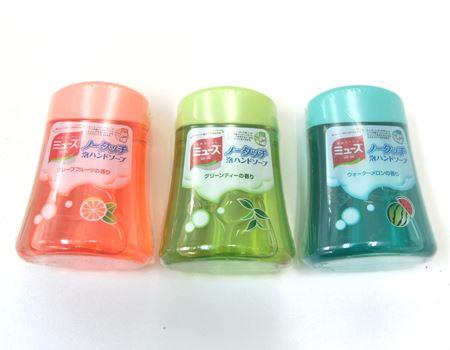ボトル1本で手洗い約250回分。香りは3種類あり、ボトルは使いかけでも気分で他の香りのボトルとチェンジ可能。使いかけのボトルもそのまま保管OK。※ボトルを取り換えた場合、最初は本体に前の香りの液体が少し残っているため、使い始めだけは香りが混ざります