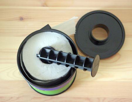 上面のフタを開けたところ。芯を外せば、上からトイレットペーパーの先端を出すことも可能です