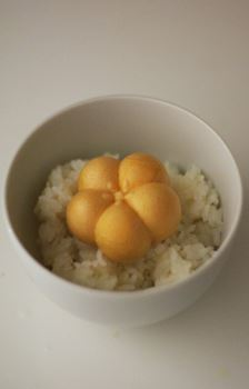 UME味。ごはんをお椀に入れて少しくぼませた中央部分に乗せる。梅の形の最中もかわいらしい