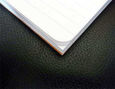 メモ帳は書いたところまでまるめておくと、しおりがわりになって便利