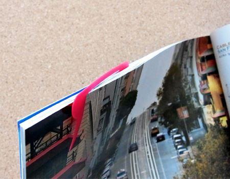 雑誌でも問題なく使えます。雑誌の場合はページの端のほうにスワンの首の部分が当るように取り付けたほうが使いやすそうです