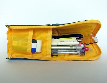 筆者の場合、シャープペンシル、ボールペン、筆ペン、サインペン、マーカー、定規、カッター、消しゴムが定番のセットです