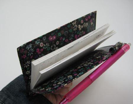 ペンホルダーはあるものの、いつもカバンの中でびろ〜んと広がって困りもののmy手帳