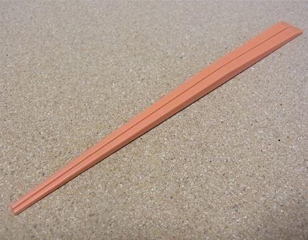 普通のお箸をそのまま置くと、箸先やテーブルが汚れるのが気になります