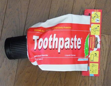 Toothpaste(歯磨き粉)と書いてありますが、本物の歯磨き粉なら一生使えそうな大きさです。ほかにもGLUE(接着剤)やわさびのチューブをデザインしたものもあります