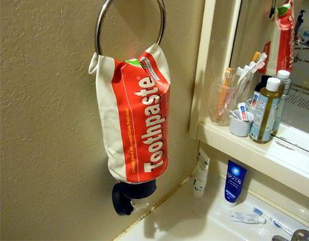 まずは洗面所に置いてみました。普通の歯磨き粉と比べると大きさがおわかりいただけるでしょうか