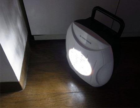 塩水を入れるとすぐに点灯します。真っ暗な場所で使ってみましたが、想像していた以上の明るさにビックリ!