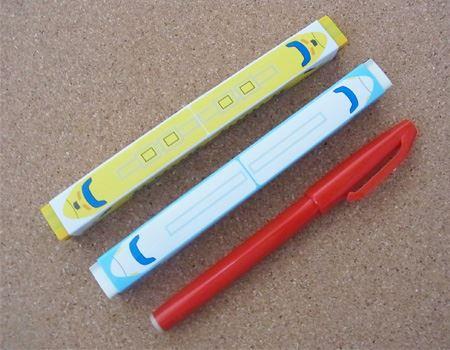 消しゴムとしては大きめで長細い形です。長さはサインペンとほぼ同じ