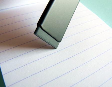 小さな文字や狭い場所をピンポイントで消す時には便利な形状です