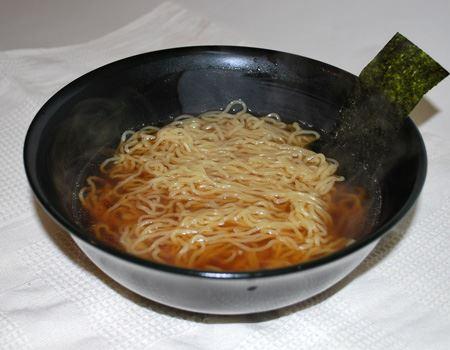 麺は細めのちぢれタイプ…って感じでしょうか。器に入っている海苔も付属のものです