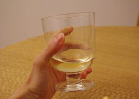 脚の部分が短いものの、カップ部分は直径84ミリと通常のワイングラス並みの大きさ。手に持った時にも意外に大きい