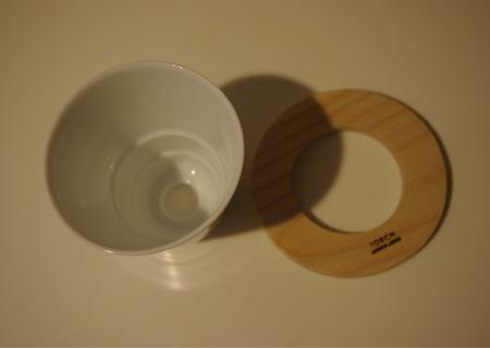 逆円錐台形のドリッパー(左)をドーナツ型の木枠(右)を組み合わせて使う。ドリッパーは美濃焼の白磁器で、シンプルながら外観も洗練されている