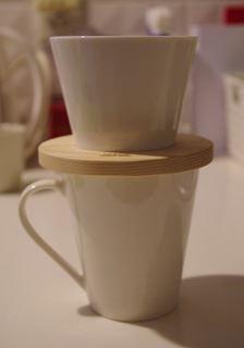 使用する際は、木枠の穴にドリッパーを通して、コーヒーカップにセットする