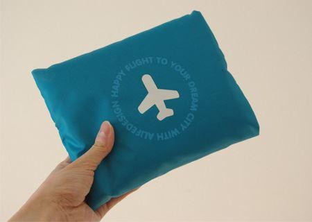 畳んだ状態では、手のひらに収まるコンパクトなサイズ。アクセントの飛行機のマークもお洒落