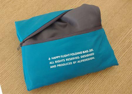 ファスナーを開いて中身を取り出す。バッグと折り畳み時の収納袋が一体化しているのも便利