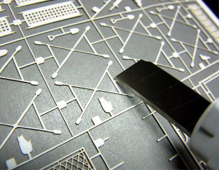 細く加工された紙なので、カッターを引いて切ろうとするとパーツがちぎれるおそれがあります。上から押さえるようして切ったほうが安全です
