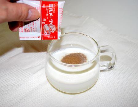 袋を開けて、牛乳にサササっと。入れるとすぐに沈んでいきました