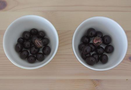 左側がアサイー&ブルーベリー、右側がザクロ。1粒がチョコボール程度のサイズで、濃縮果汁のグミの外側にチョコレートがコーティングされています。ザクロのほうが若干酸味が強めです