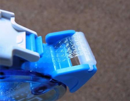 先端のローラーが回転するので、スムーズでスピーディーなのり付けができます
