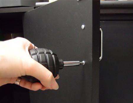 戸棚のネジで試してみました。本体部分がそのままドライバーのグリップになっていて手になじみます