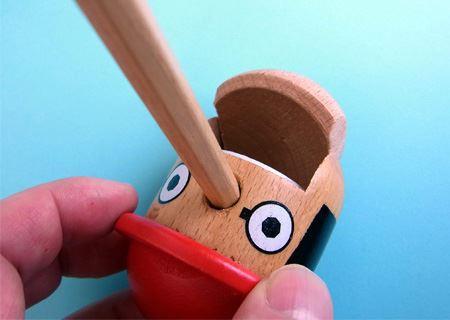 口を少し開けると白い歯が見えます。この部分に鉛筆削りがセットされています