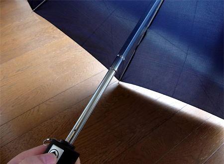 ボタンを押すと、勢いよく傘が開きました。この状態で再度ボタンを押すと傘が閉じます