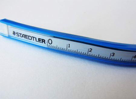 筆者が使っているものは、ステッドラー社のもの。メーカーによって異なりますが、30cmや60cmなど様々な長さのものがあります