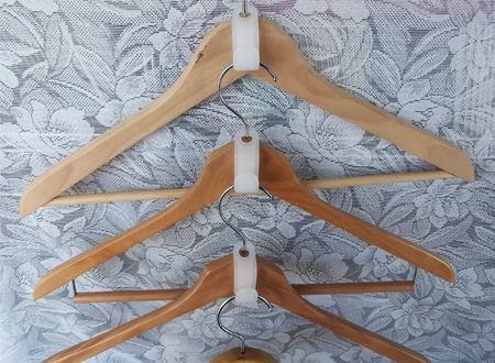 木製のハンガーで統一すると、デザイン的にもスッキリまとまります
