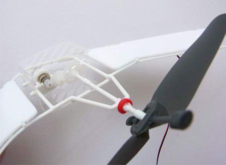 ボディには、小さなモーターとギアがあります。電気でモーターを動かしてプロペラを回すという仕組みです